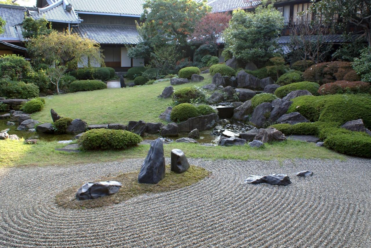 Горы и воды в садах с помощью камней.